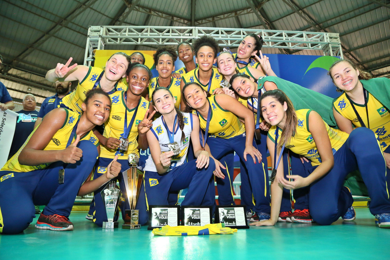 A seleção brasileira feminina sub-20 de vôlei é campeã sul-americana pela  19ª vez. Neste domingo (29.10) c176f2bcce2ad