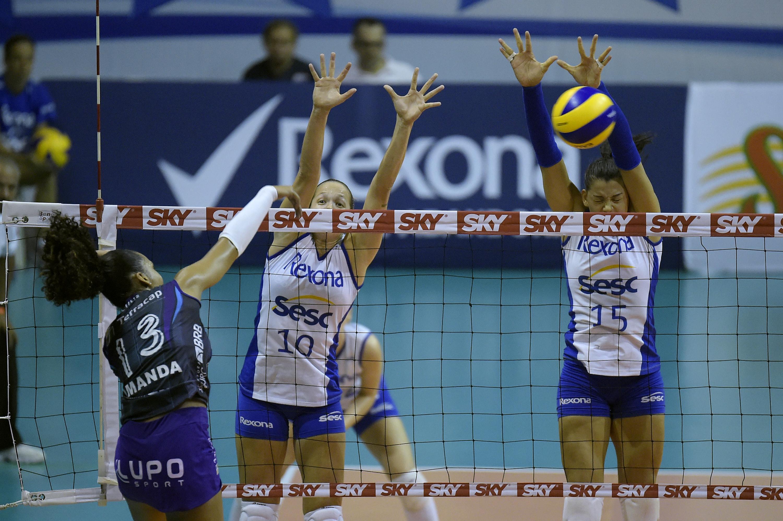 9c93c82766 O Rexona-Sesc (RJ) continua como a única equipe invicta na Superliga  feminina de vôlei 16 17. Em um grande jogo
