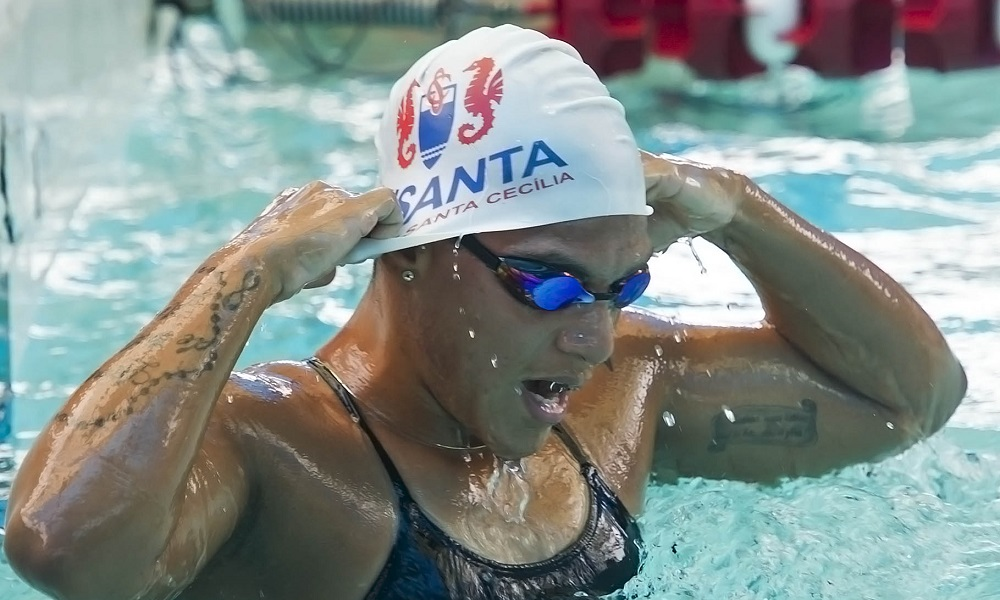 Ana Marcela chega ao Brasil e treina a partir desta terça-feira