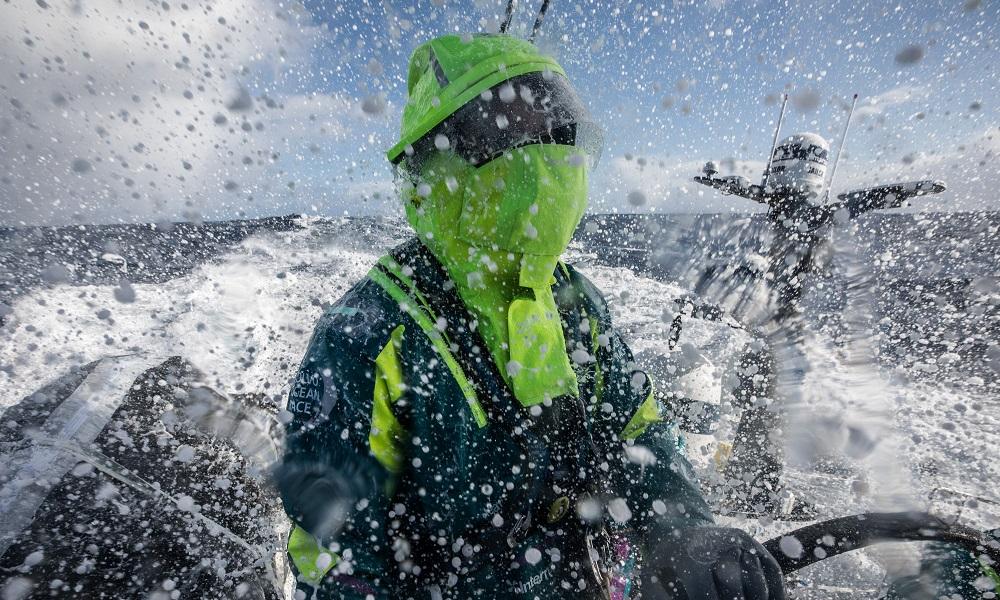 Martine Grael enfrenta adversários na regata até o Brasil
