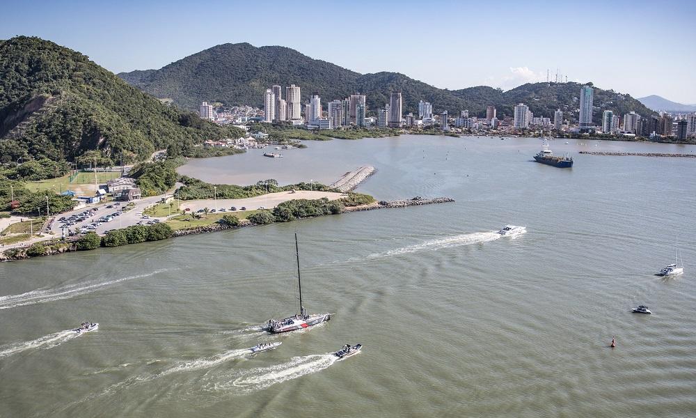 Barco SHK/Scallywag chega a Itajaí e agora corre contra o tempo
