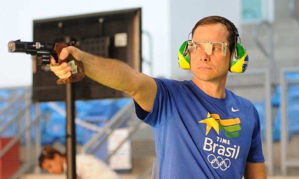 Emerson Duarte começa em vantagem na pistola de tiro rápido