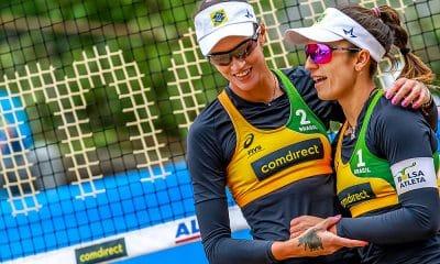 Fernanda Berti (esq) e Bárbara comemoram ponto no Mundial de vôlei de praia