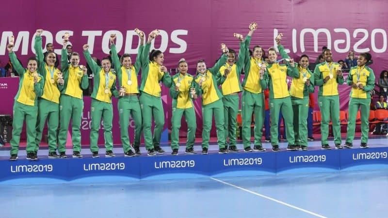 handebol feminino do brasil comemora o título dos jogos pan-americanos que classificou o país para os jogos olímpicos de tóquio