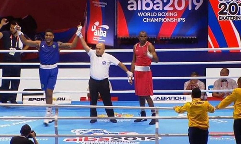 Abner Teixeira vence a primeira no Mundial de Boxe