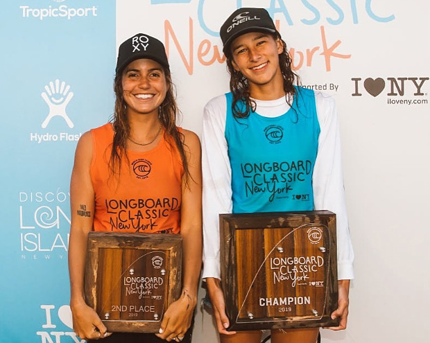 Chloé Calmon e Honolua Blomfield no pódio da etapa de NYC do Circuito Mundial de longboard