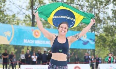 Camila Fama, do beach wrestling