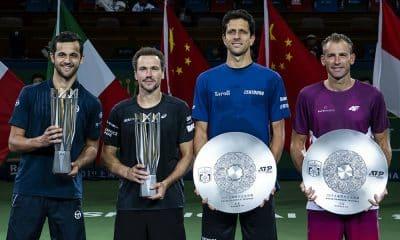 Bruno Soares e Marcelo Melo com os troféus do Masters de Xangai ATP e WTA