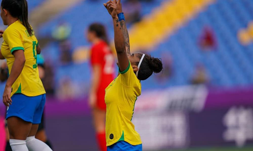 Chú após fazer o primeiro gol do Brasil contra o Canadá em torneio de futebol feminino