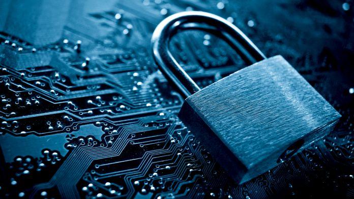 A imagem mostra um cadeado sobre uma placa mãe de um computador.