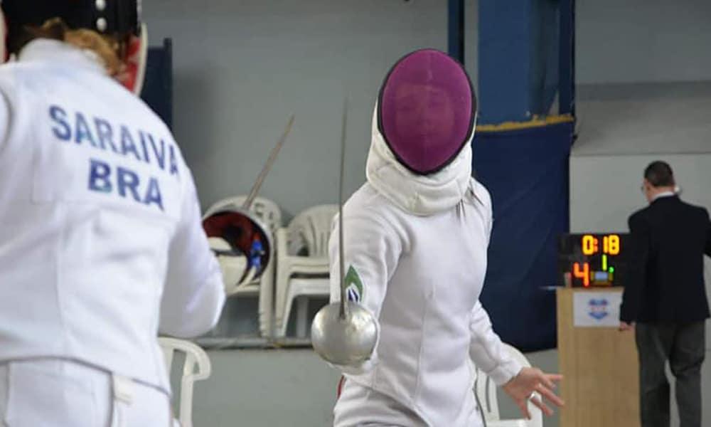Marcela Silva, da espada na esgrima