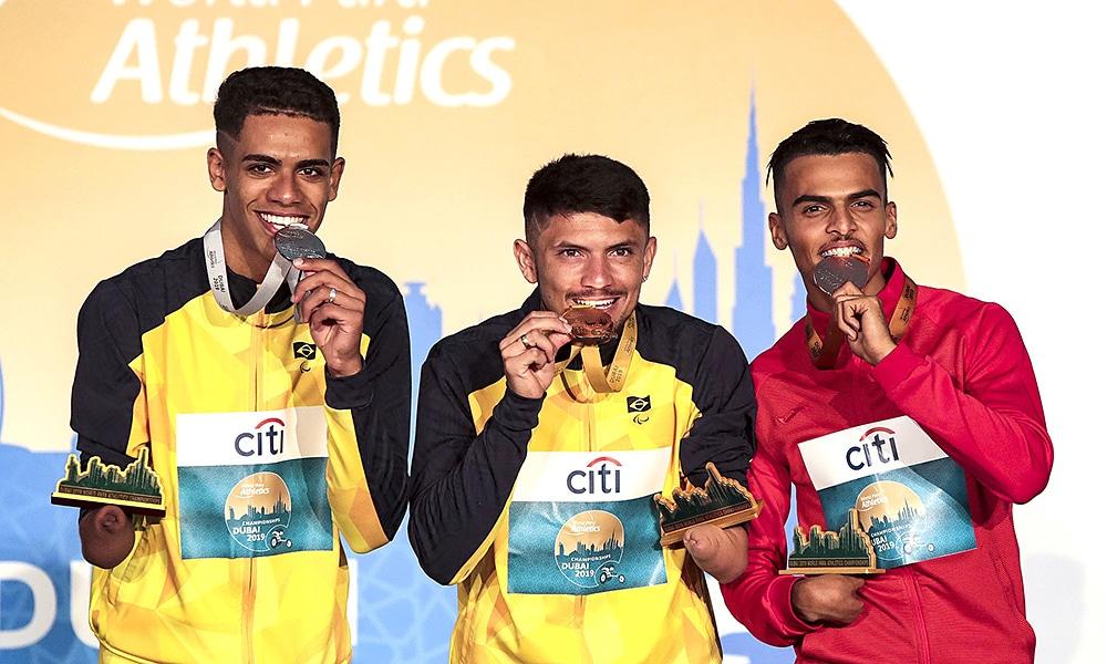 Petrúcio Ferreira e Thomaz Morais no pódio dos 400m T47 do Mundial de Atletismo Paralímpico