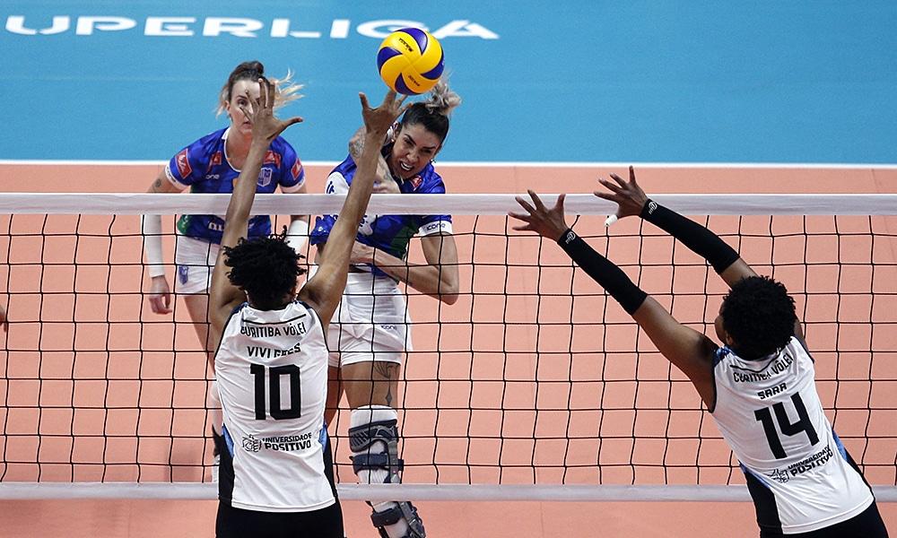 Na Superliga feminina, Thaísa, do Minas, ataca do Curitiba Vôlei