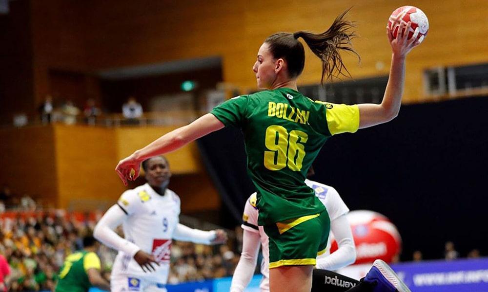 Ana Claudia Bolzan no jogo da seleção brasileira contra a França pelo Mundial de Handebol Feminino