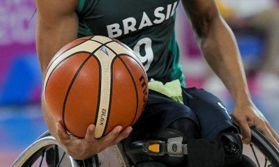 Brasileiro com bola no basquete em cadeira de rodas