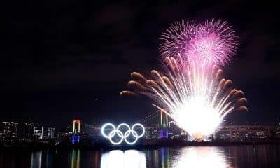 Anéis olímpicos na baia de Tóquio