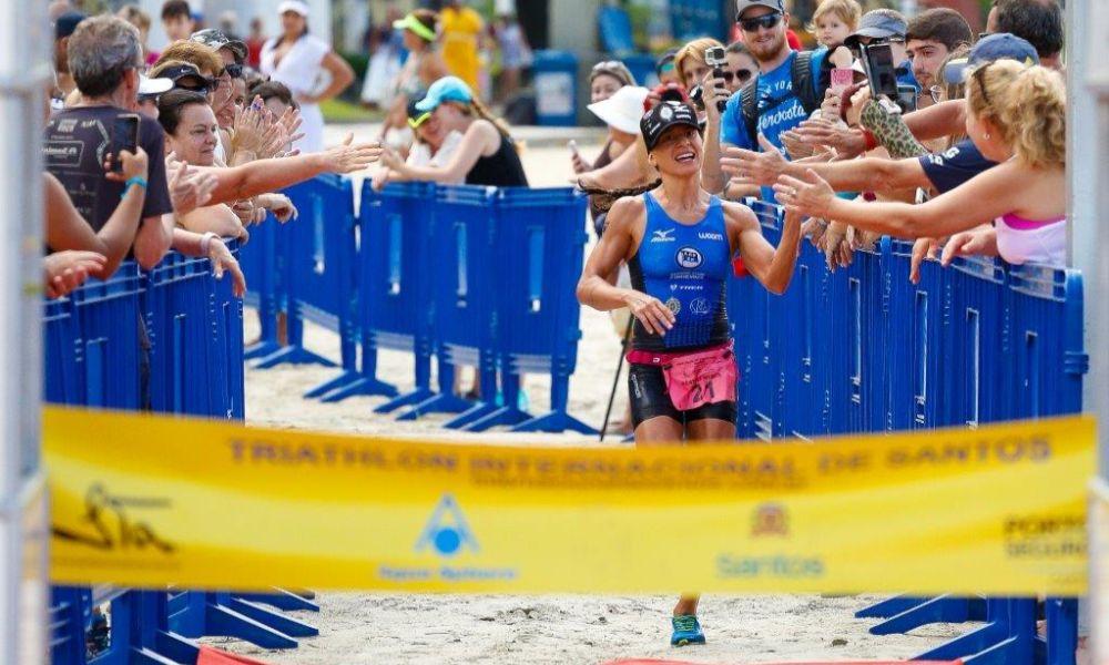 Bia Neres comemora em 2018 a conquista da Triathlon Internacional de Santos (Divulgação / Internacional de Santos)