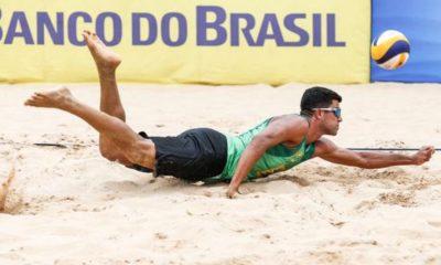 Vitor Felipe mergulha para defender bola durante duelo jogando em João Pessoa - Foto: Wander Roberto/Inovafoto/CBV