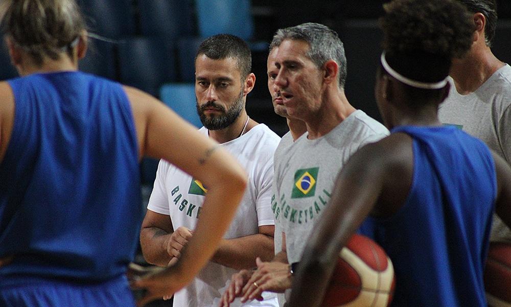José Neto, técnico da seleção de basquete feminino em treino para o Pré-Olímpico Mundial de Bourges