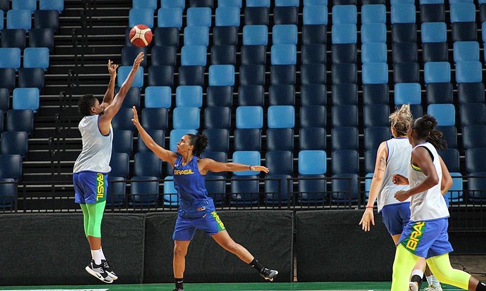 Seleção de basquete feminino em treino para o Pré-Olímpico Mundial de Bourges