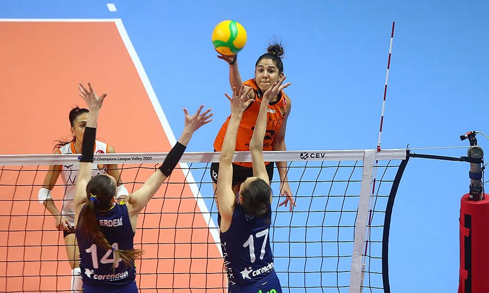 Natália, do Eczacibasi, em jogo pela contra o Fenerbahce pela Champions League de vôlei feminino