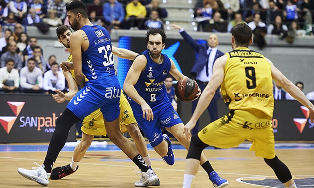 Augusto Lima e Vitor Benite em parida contra Marcelinho na Liga ACB de basquete na Espanha. Burgos contra Tenerife competição pandemia
