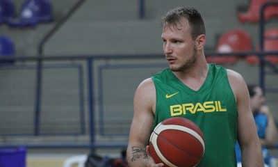 Rafa Luz com a seleção brasileira de basquete para pegar o Uruguai na Americup