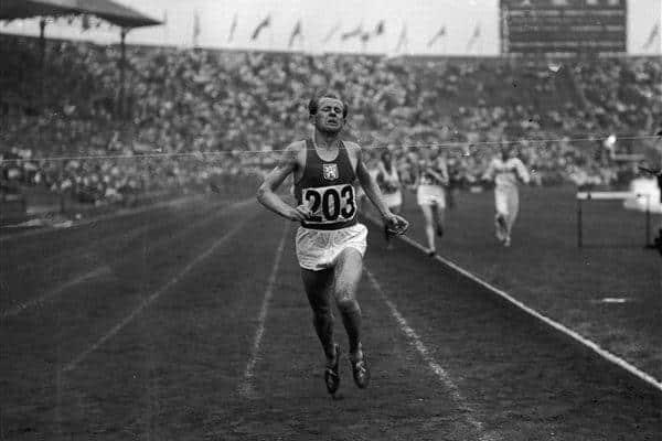 Emil Zatopek foi campeão da maratona masculina nos Jogos Olímpicos de Helsinque