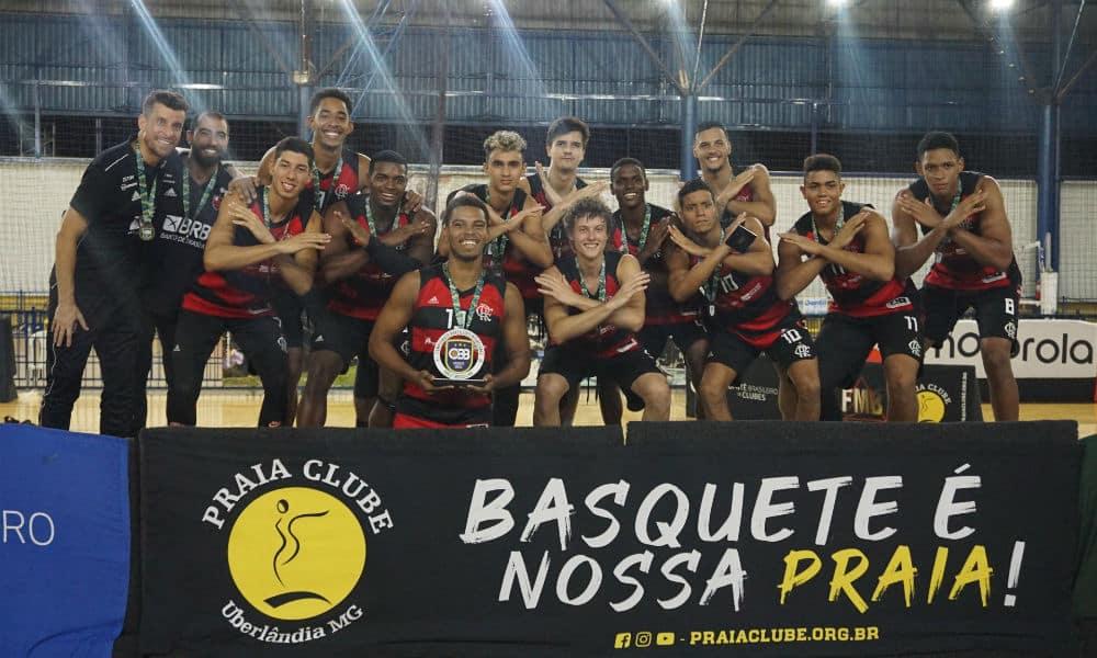 Flamengo comemora o título após derrotar o Pinheiros na final do Campeonato brasileiro Sub-21 de basquete