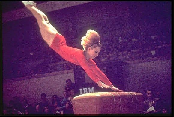 vera Caslavska foi bicampeã do salto feminino nos jogos olímpicos