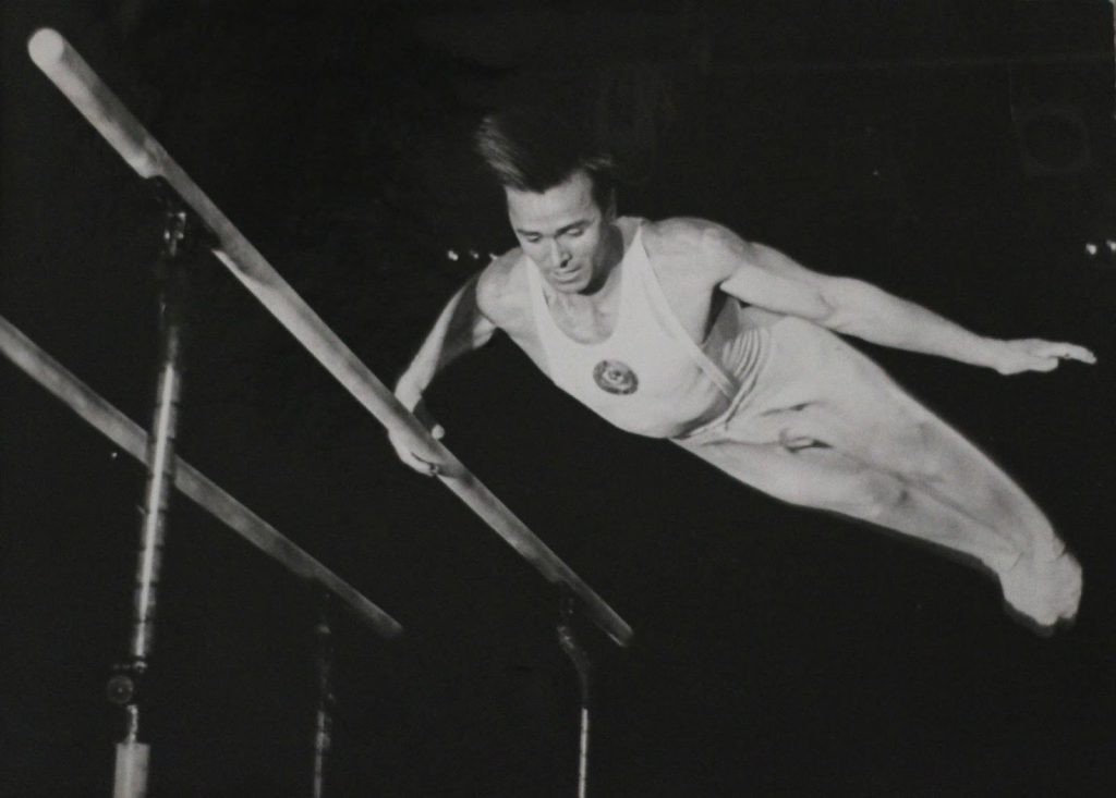 Viktor Chukarin levou o ouro no individual geral masculino nos Jogos Olímpicos de 1952 e 1956