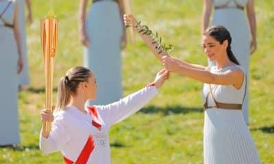 Anna Korakaki recebe o fogo olímpica em Olympia