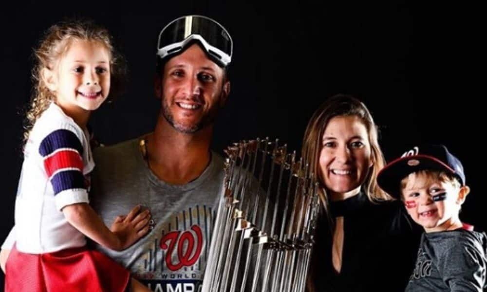 Yan Gomes e família, juntos com a taça da World Series de 2019