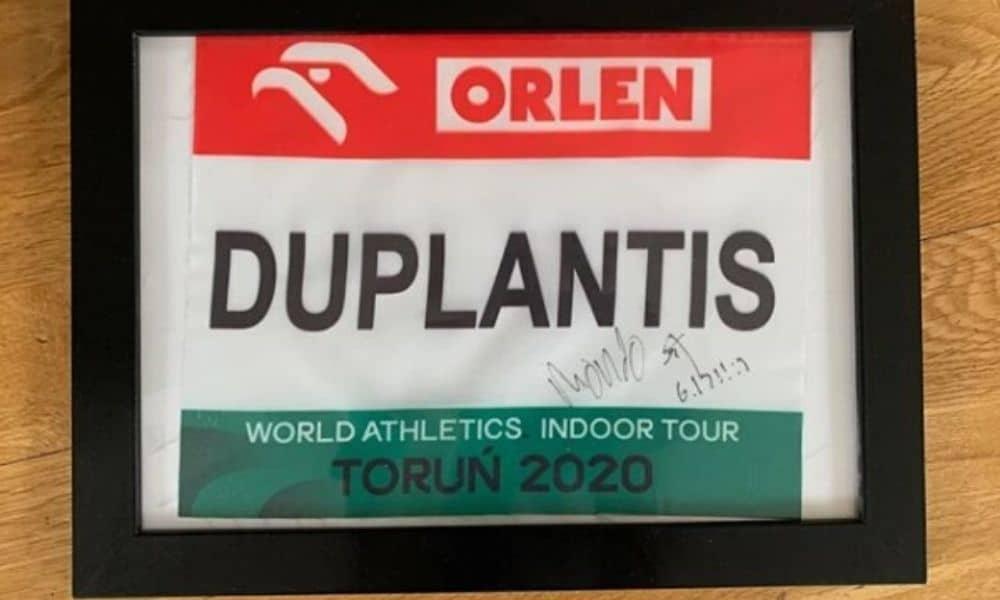 Contra a pandemia de coronavírus, Armand Duplantis leiloa uniforme usado na quebra do recorde mundial