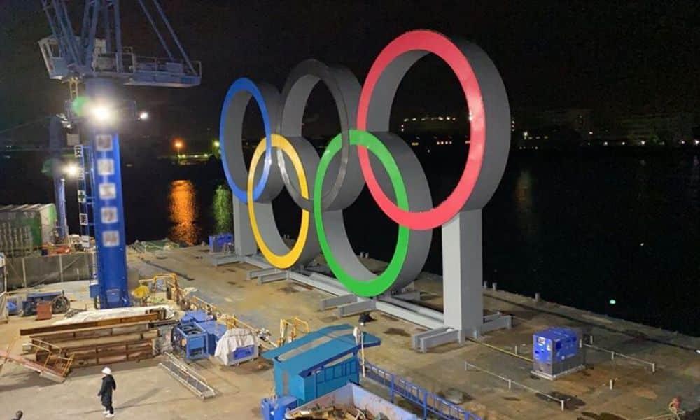 Anéis olímpicos na Baía de Tóquio - Olimpíada em 2021 segue ameaçada pelo coronavírus