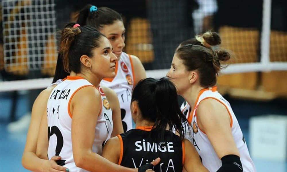 Natália em ação pelo Eczacibasi, time da Turquia, em meio à pandemia, antes da paralisação do Campeonato Turc