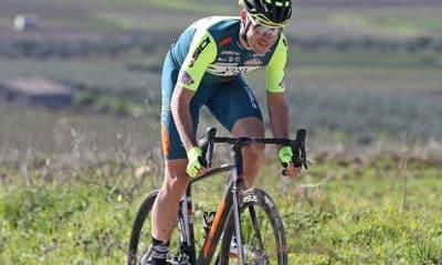 Ciclista que deveria estar disputando o Giro D'Italia virou entregador para ajudar na pandemia do coronavírus