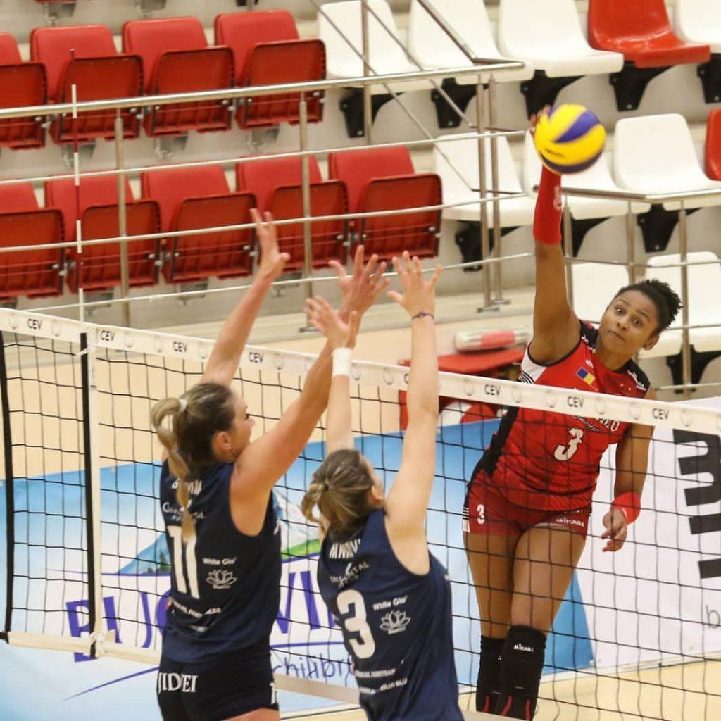 A ponteira Nati Martins, 1ª jogadora de vôlei surda a atuar profissionalmente no Brasil, se tornou embaixadora global da Sonova,  empresa de aparelhos auditivos para surdos