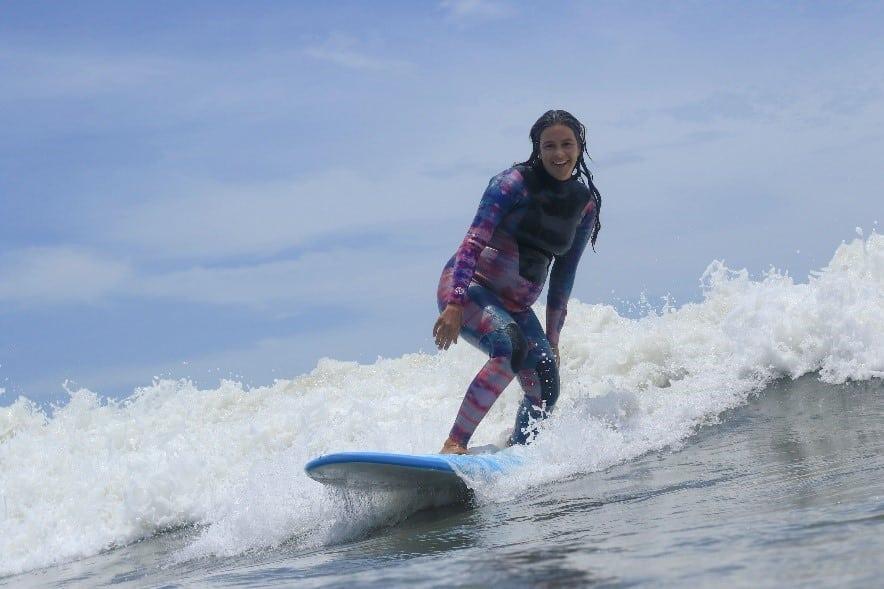 As surfistas Marina Werneck, Claudinha Gonçalves e Nicole Pacelli, têm em comum o fato de terem se tornado mães em fevereiro e relatam sobre a experiência