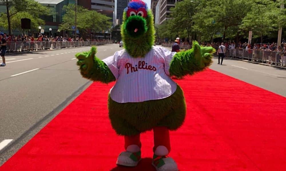 Phillie Phanatic, mascote do Philadelphia Phillies. MLB e Associação discutem salário na volta da temporada regular em meio à pandemia