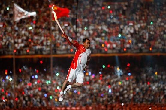 Homem voador acendeu a pira olímpica em 2008
