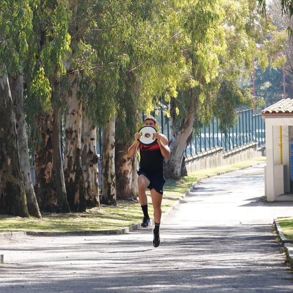 O campeão olímpico no salto com vara na Olimpíada do Rio-2016 Thiago Braz comemora a volta aos treinos na Itália após pandemia perder força no país