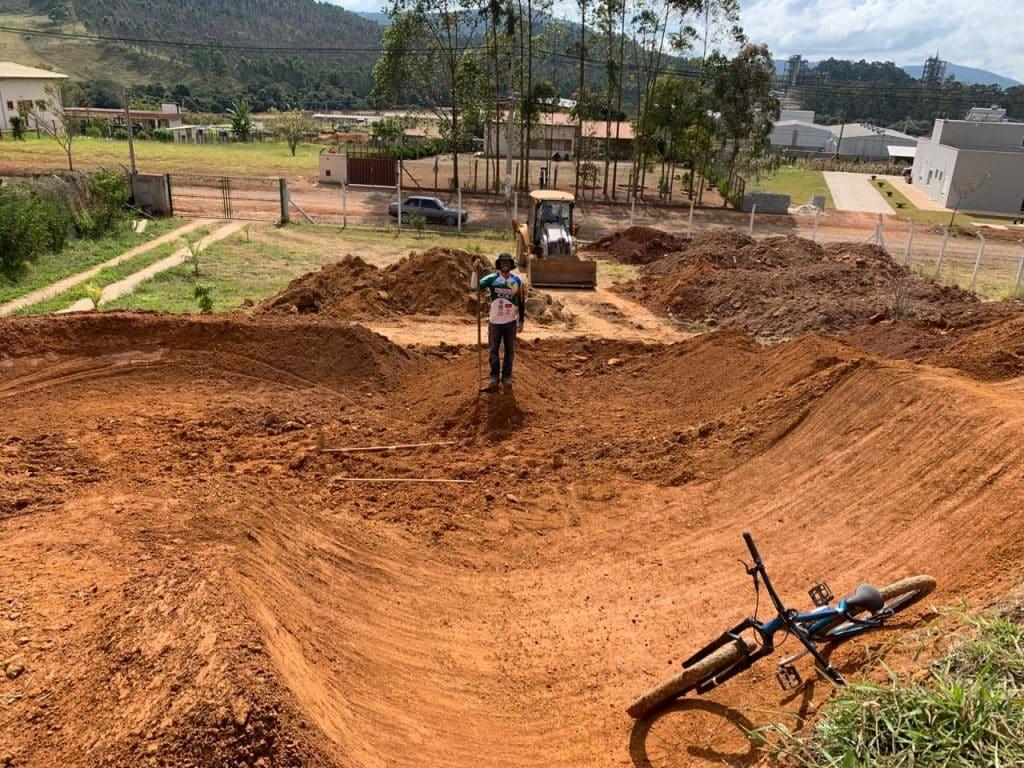 Renato Rezende construindo a própria pista de BMX no quintal de sua chácara em Poços de Caldas durante a quarentena (arquivo pessoal)