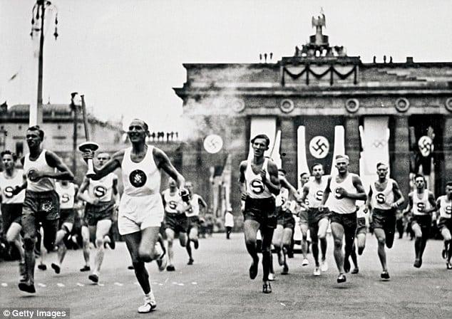 revezamento da tocha olímpica acontece pela primeira vez em 1936