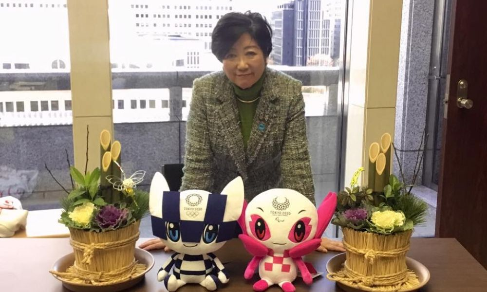 Governadora Yuriko Koike com os mascotes da Olimpíada e Paralimpíada de Tóquio-2020, no Japão, pandemia de coronavírus