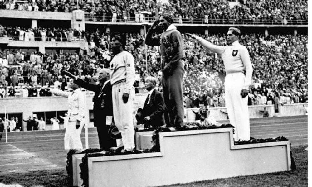 Berlim 1936 Jesse Owens no pódio