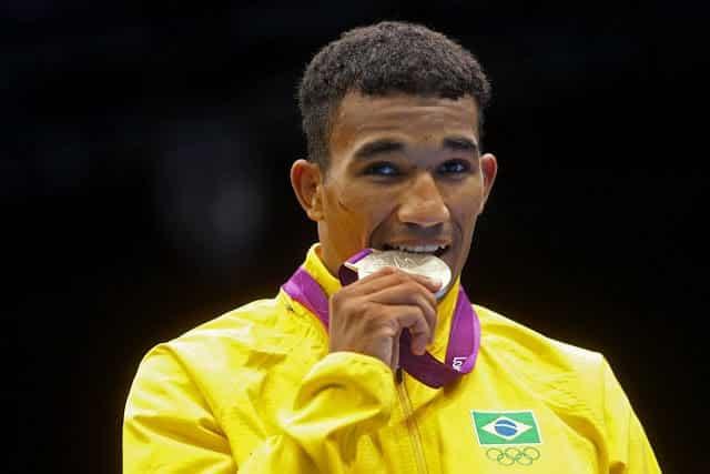 Sucesso na venda de pizzas feitas pela esposa está fazendo Esquiva Falcão repensar a venda da medalha de prata conquistada nos Jogos Olímpicos de Londres.