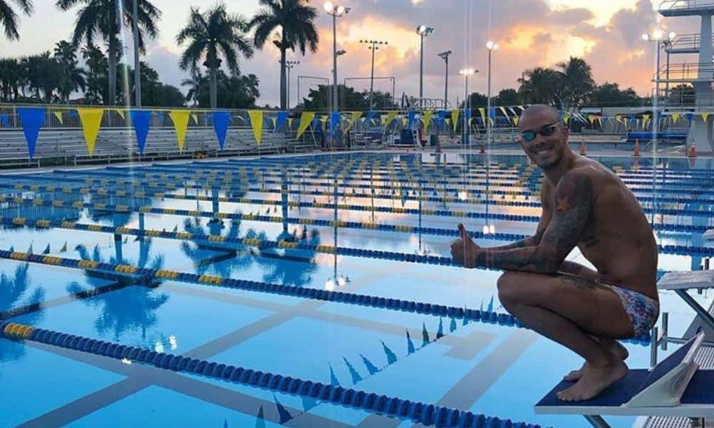 Bruno Fratus na piscina de Coral Springs, fechada pelo coronavírus na Flórida