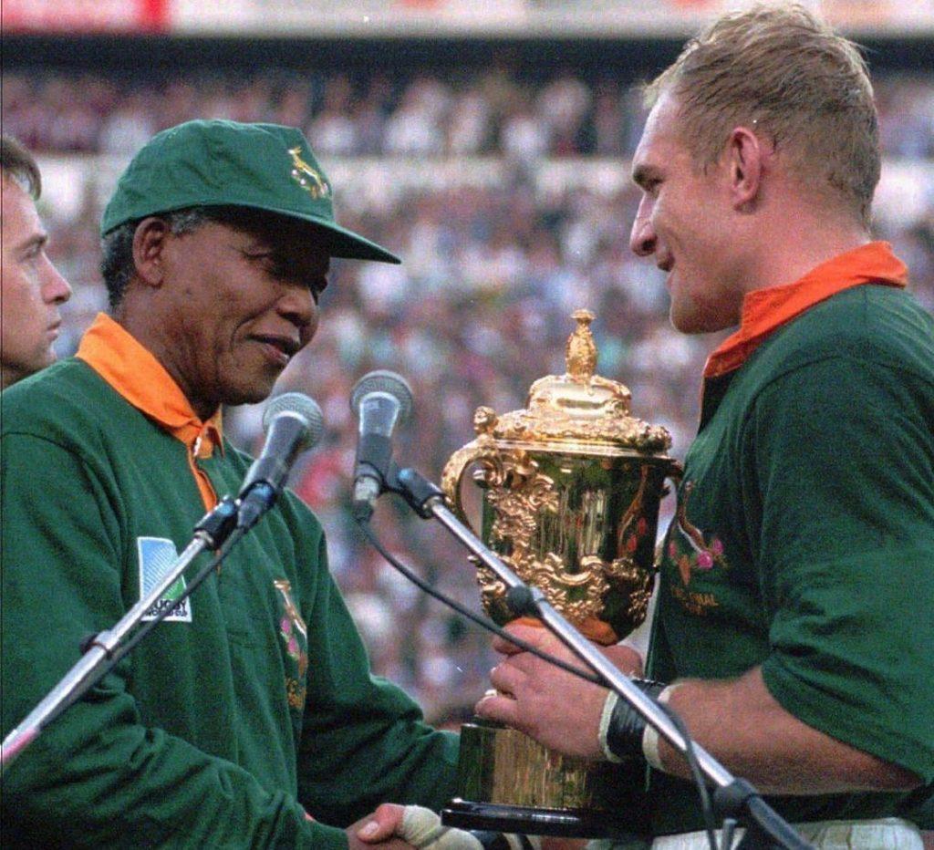 Na data em que se celbra 102 anos do nascimento de Nelson Mandela, contamos um pouco da relação do ex-presidente da África do Sul com o esporte