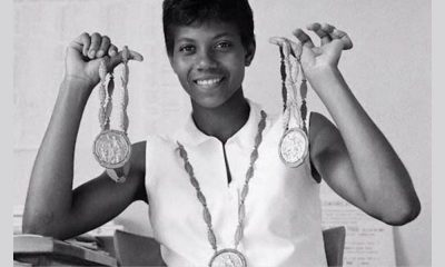 Segurando suas três medalhas olímpicas, Wilma Rudolph, a Gazela Negra, que marcou a história do atletismo (Reprodução)